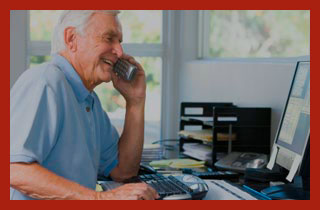 пенсионер работает за компьютером