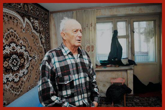 пенсионер в своей квартире
