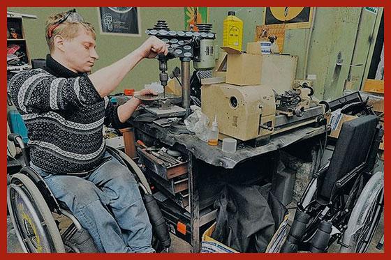 инвалид работает в мастерской