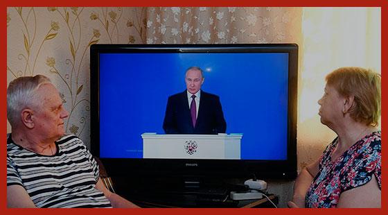 граждане слушают обращение президента Путина