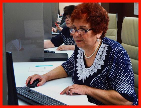 пенсионер учится работе на компьютере