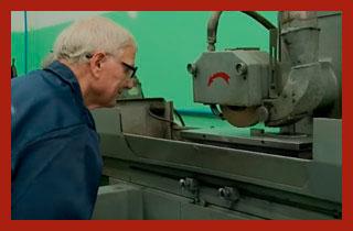 работающий пенсионер у станка
