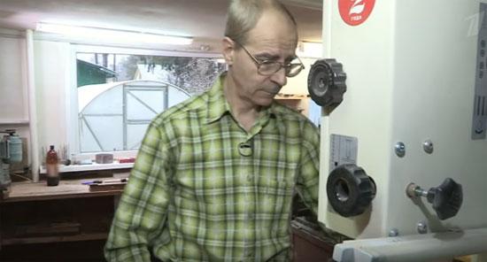 пенсионер у станка