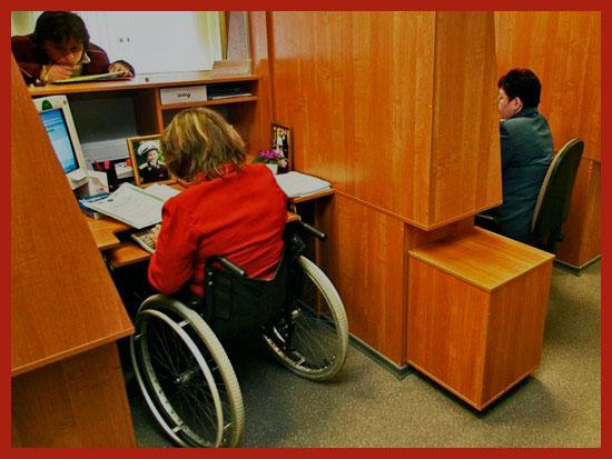 женщина инвалид работает в офисе