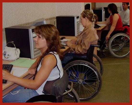 женщины инвалиды работают на компьютерах