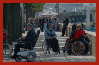 инвалиды пенсионеры на прогулке