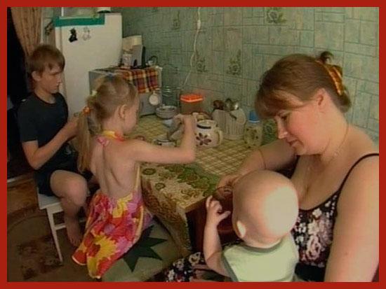малоимущая семья завтракает