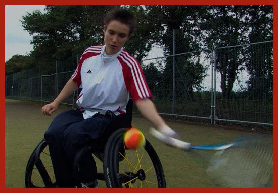 ребенок инвалид играет в теннис