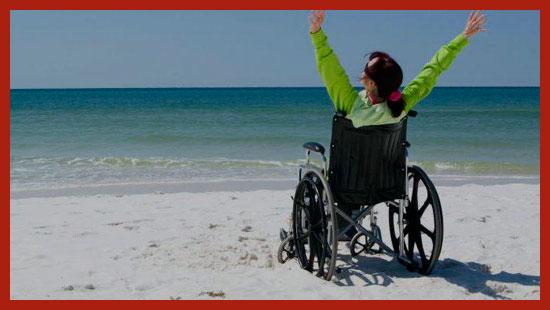 инвалид в коляске у моря