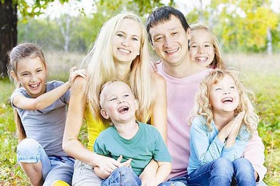 многодетная семья на природе
