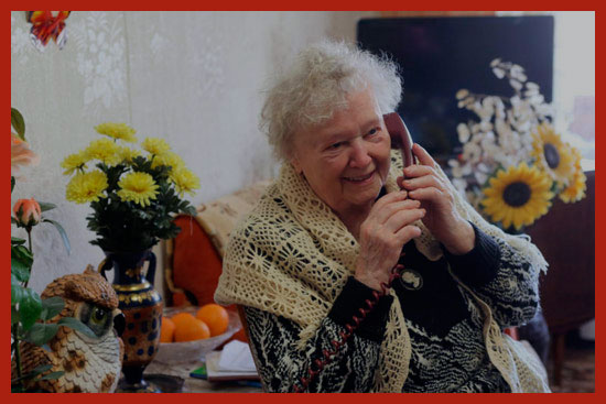 одинокая пенсионерка принимает поздравления