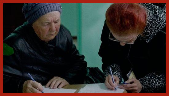 пенсионеры заполняют документы на льготы