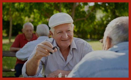 одинокие пенсионеры на отдыхе