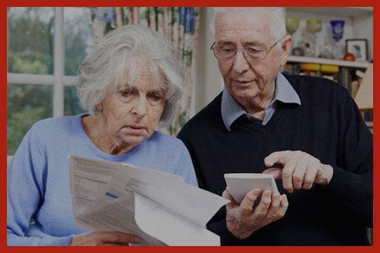 пенсионеры изучают пенсионные документы