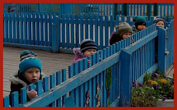 дети за забором
