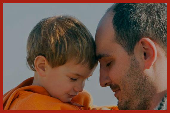 мужчина усыновляет ребенка