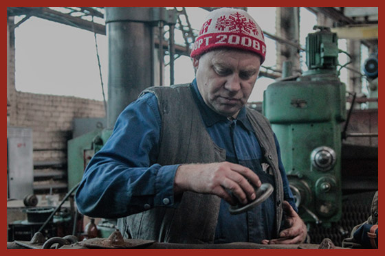 рабочий работает на станке
