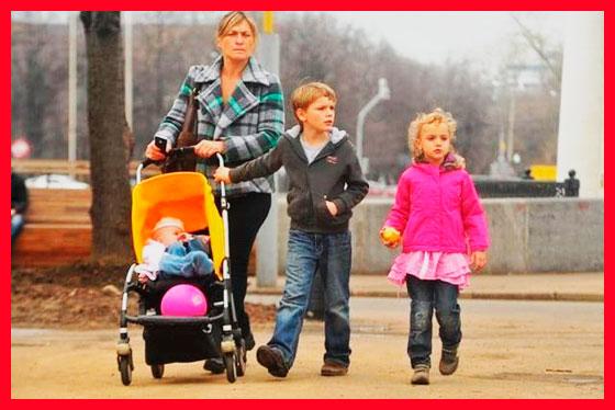 малоимущая семья на прогулке