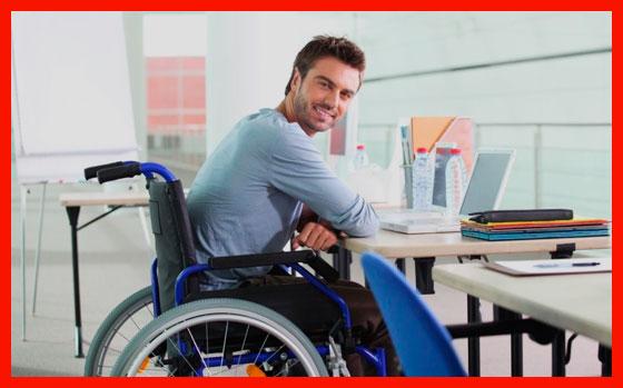 мужчина инвалид на работе